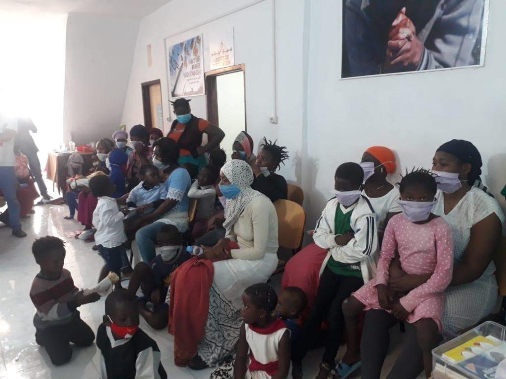 mujeres y niños ayudados con los libros de comunión de alabamos